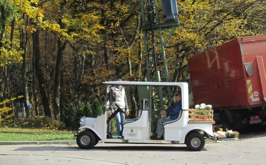 Z električnim vozilom se mesečno prepelje 50 obiskovalcev.