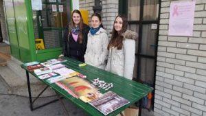 Pri aktivnostih v okviru rožnatega oktobra so sodelovale tudi študentke Tjaša, Tanita in Martina