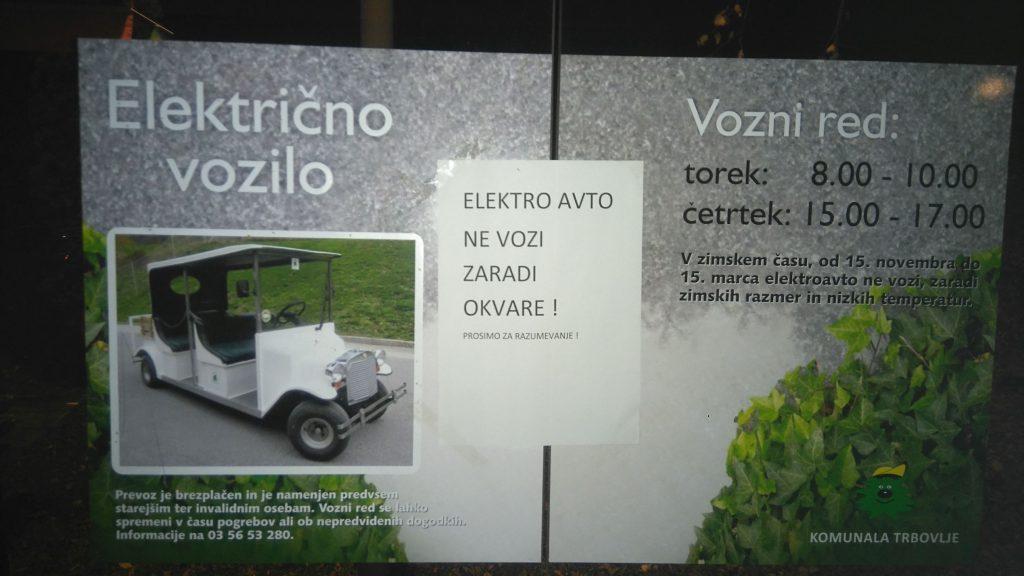 Električni avto na trboveljskem pokopališču se je pokvaril