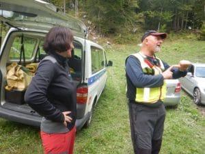 Irena Stražar in Alojz Klančišar na travniku nad jamo.